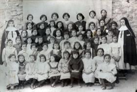 Grupo de niñas escolares con monjas